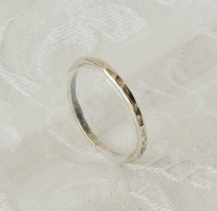 Hangemaakt ringetje van gehamerd zilver.