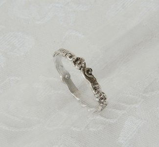 Handgemaakt ringetje van zilver bewerkt met bloemmotief