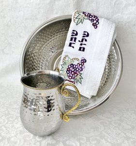 Luxe gehamerd roestvrijstalen set van waskom en kan met vergulde handvatten en rand voor de rituele handwassing