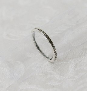 Handgemaakt ringetje van zilver bewerkt met fantasie motief