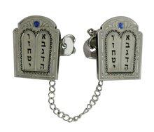 Tallit / Talliet clip met een afbeelding van de 10 woorden op de 2 stenen tafelen en versierd met blauwe steentjes