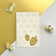 Cadeaukaartje / Minikaartje voor Chanoeka / Chanukah met grafisch patroon en dreidels met de tekst eight days with love and lig