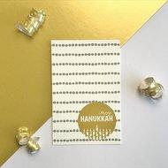 Cadeaukaartje / Minikaartje voor Chanoeka / Chanukah met stippen, een chanoekia en de tekst Happy Chanukah van Ahavah design