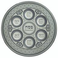 Seder schaal van gehard glas met mooie grijsblauwe decoratie. De namen van gerechtjes staan in het Hebreeuws en Engels vermeld
