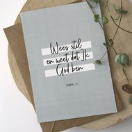 Heb Lief Kaart met envelop van Ahavah design met Wees stil en weet dat ik God ben in grijs/wit