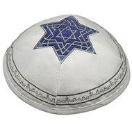 Keppeltje / Kippah, prachtig wit keppeltje van suède-achtige stof met 1 Davidster van 'Israëlblauw' satijngaren en