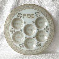 Grote Seder schaal van gehard glas met neutrale gebroken wit/creme kleurige decoratie. De namen van gerechtjes staan alleen in