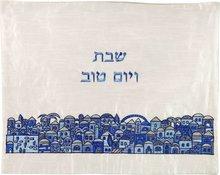 Challah / Challe kleedje van Yair Emanuel van roomkleurige ruwe zijde geborduurd met Jeruzalem in blauwtinten