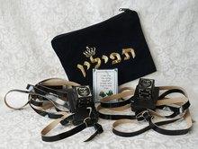 Tefilin set voor educatief gebruik in een zwart fluwelen tasje met het Hebreeuwse woord Tefilin (=gebedsriemen)