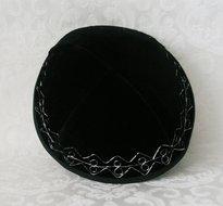 Keppeltje, chique zwart fluweel met bescheiden borduursel in zilverdraad