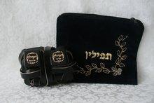Koshere Budget Tefilin set in een zwart fluwelen tasje met borduursel. (Sefardisch)