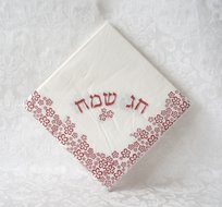 Papieren servetten wit met fuchsia bloemdecoratie en de Hebreeuwse tekst: Chag Sameach (=Goede Feestdag)