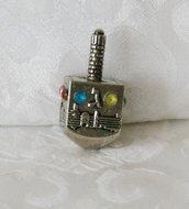 Dreidel, kleine dreidel van nikkel met decoratie van Jeruzalem.