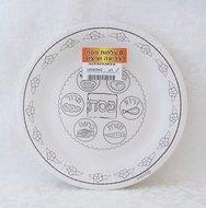 Papieren Pesach bordjes voor de Seder maaltijd met afbeeldingen van de 6 speciale gerechtjes om te kleuren