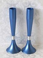 Shabbats kandelaars van Yair Emanuel, een prachtig stel in mat blauw afgewerkte kandelaars geschikt voor normale huishoudkaarse