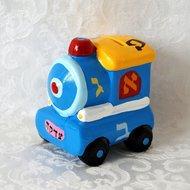 Tzedakah (liefdadigheids) spaarpotje van aardewerk in de vorm van een geinig locomotiefje met Alef Beth decoratie. Ook leuk als