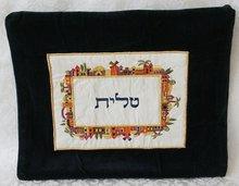 Tallit tasje van zwart fluweel met mooi kleurrijk borduursel van de Oude Stad Jeruzalem in vierkant patroon. TBV-1 van Yair Ema
