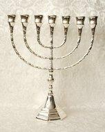 Grote Menorah, prachtige verzilverde Menorah met grote cups dus geschikt voor grote dinerkaarsen. 30 cm hoog en 26 cm breed