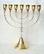Grote Menorah, prachtige verzilverde Menorah met vergulde grote cups dus geschikt voor grote dinerkaarsen. 30 cm hoog en 26 cm