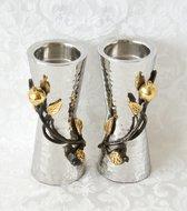 Shabbats kandelaars small, bijzonder kunstwerk van Yair Emanuel van gehamerd metaal met vergulde granaatappels