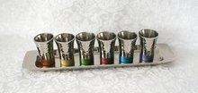 Wijnset / Kiddush / Kiddoesj set bestaande uit een langwerpig dienblaadje met 6 kleine kiddushbekertjes van Yair Emanuel