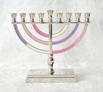 Chanukah Menorah, Chanoekia in mooi klassiek model, uitgevoerd in nikkel met roze en paarse accenten in emaille