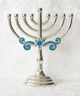 Chanukah Menorah, Chanoekia met Davidster en sierlijke blauw geëmailleerde accenten uitgevoerd in nikkel