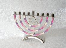 Chanukah Menorah, Chanoekia met Davidster uitgevoerd in nikkel met roze/paarse accenten in emaille