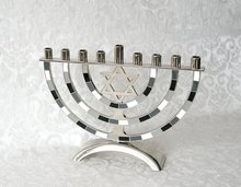 Chanukah Menorah, Chanoekia met Davidster uitgevoerd in nikkel met antraciet/grijze accenten in emaille