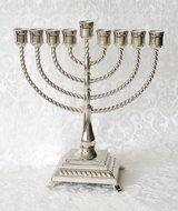 Chanukah Menorah / Chanoekia in klassieke vormgeving met sierlijke voet en gedraaide armen 28cm hoog en geschikt voor normale d
