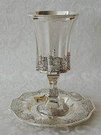 Prachtige zware Kiddush / Kiddoesj Beker met Jeruzalem design op bijzonder gevormde achthoekige schotel.