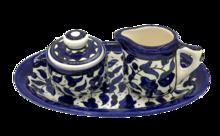 Roomstelletje van Armeens aardewerk in blauw/wit bestaande uit een ovaal schoteltje, melkkannetje en suikerpotje