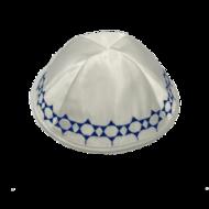 Keppeltje, mooie kwaliteit wit satijnen Kippah met blauw geborduurde Davidsterren langs de rand