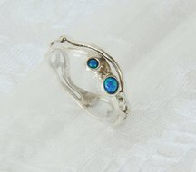 Handgemaakt ringetje van sierlijk opengewerkt zilver met opaaltjes