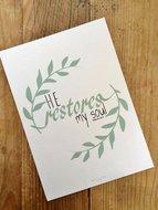 Poster / wanddecoratie in A5 formaat met in het Engels de Bijbeltekst uit Psalm 23:3 'He restores my soul'