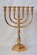 Prachtige zwaar vergulde replica van de Tempel Menorah / Menora. 35,5 cm hoog en 26 cm breed
