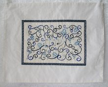 Challah / Challe kleedje van Yair Emanuel van witte ruwe zijde met prachtig borduursel in blauw