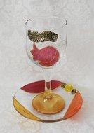 Kiddush glas op schotel, prachtige handgemaakte set van glas met Granaatappel dessin uit de collectie van Lily Art