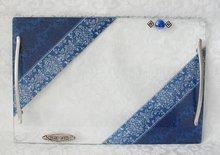 Handgemaakte Challah / Challe schotel rechthoekig met 2 handvatten in 'Israel' blauw uit de collectie van Lily Ar