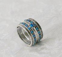 Handgemaakte zilveren met gouden stapelring set bestaande uit 5 afzonderlijke ringetjes. Deze combinatie is met blauwe opaaltje